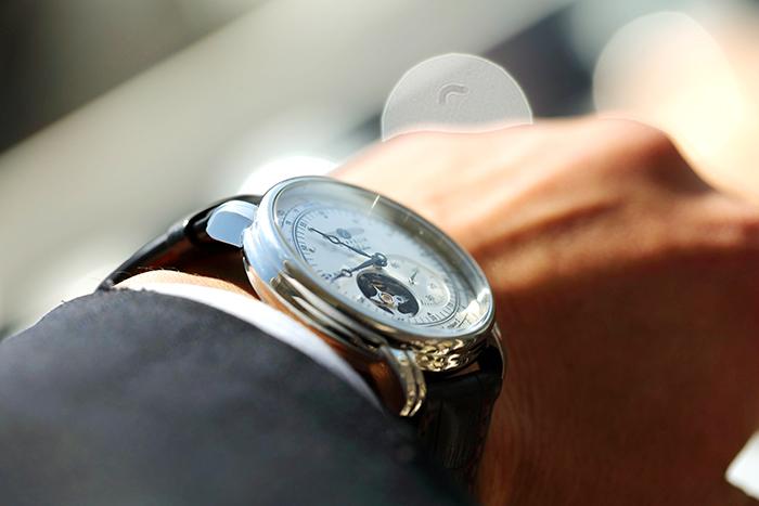 腕時計を身に付ける男性